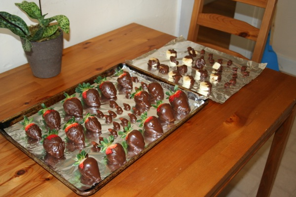 tray-of-dark-chocolate-covered-strawberries-almonds-bananas